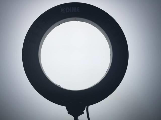 「LEDリングライト30」の「昼光色」をあてた白いボード