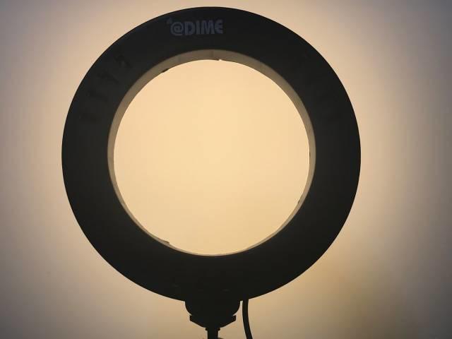 「LEDリングライト30」の「電球色」をあてた白いボード