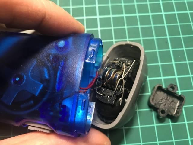 「発電式LEDハンディライト」の電池収納部分