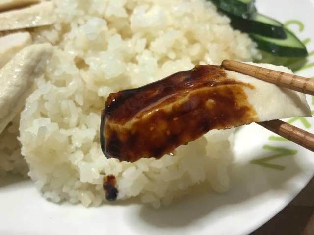 「海南鶏飯」のチキンと甘辛い醤油タレ