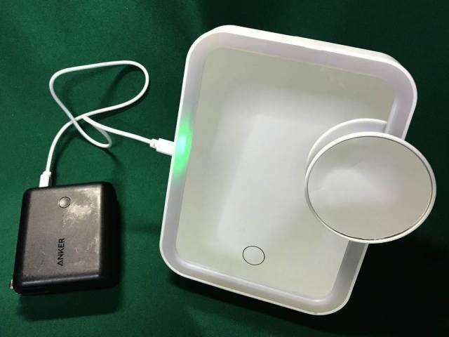 「LEDビューティミラー」に電源を接続したところ
