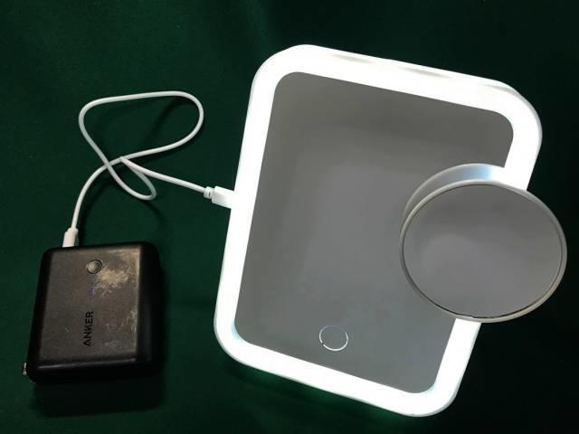 「LEDビューティミラー」を点灯したところ(白色)