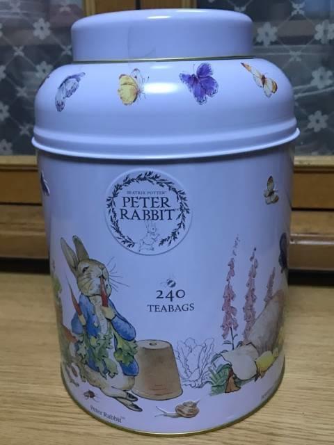 ピーターラビットの絵が描かれたカワイイ缶