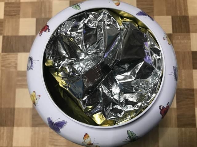 缶の中には銀色の小袋がギッシリ