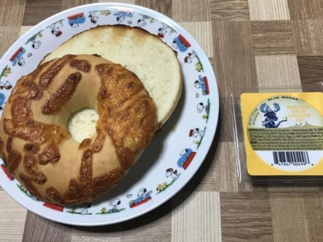 ブルームースの「ローステッドオニオンチェダーディップ」とチーズベーグル