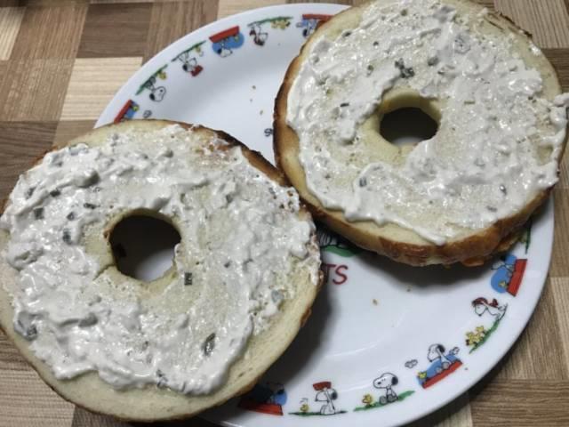 ブルームースの「ローステッドオニオンチェダーディップ」を塗ったチーズベーグル