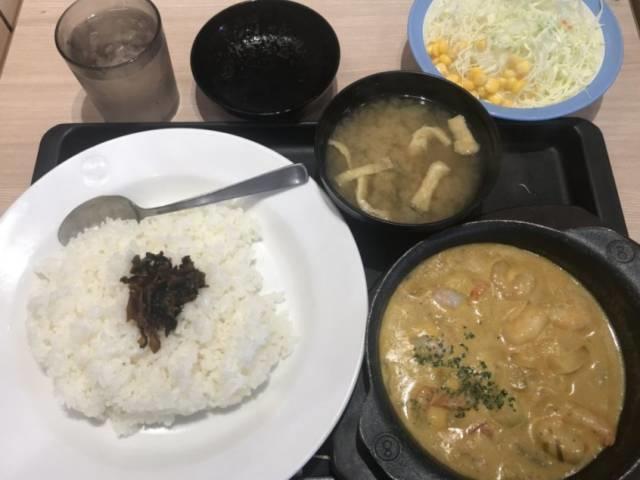 松屋の「オマール海老ソースのクリームカレー」生野菜セット・大盛りライス