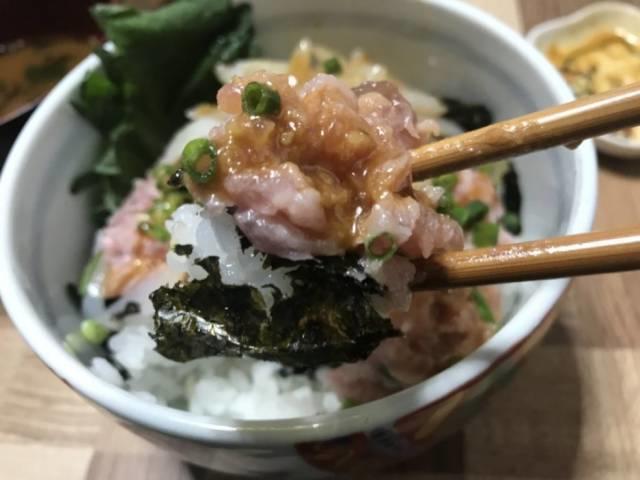 ワサビ醤油を掛けてネギトロ丼を食べる