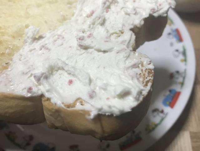 「ダブルソフト」のトーストと「なめらかホイップいちご&ミルク」
