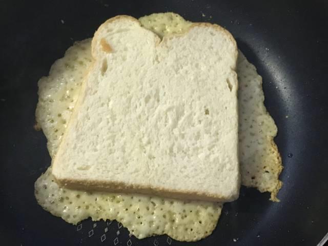 チーズが溶けたら食パンを乗せて焼く