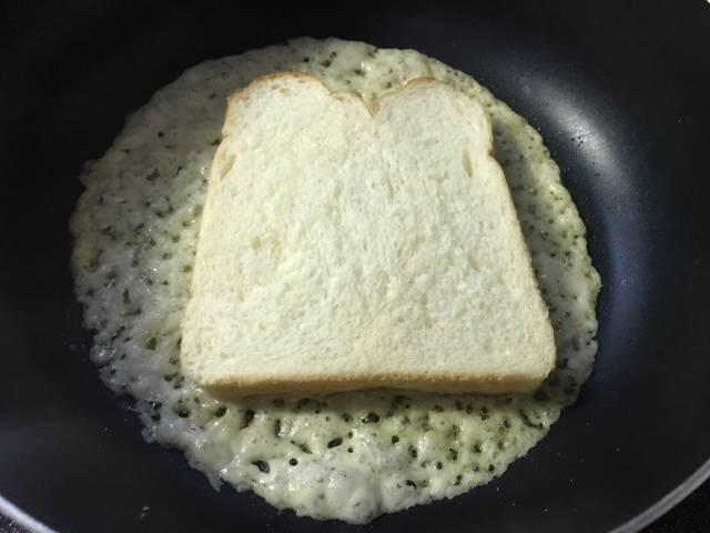 チーズが溶け始めたら食パンを乗せる