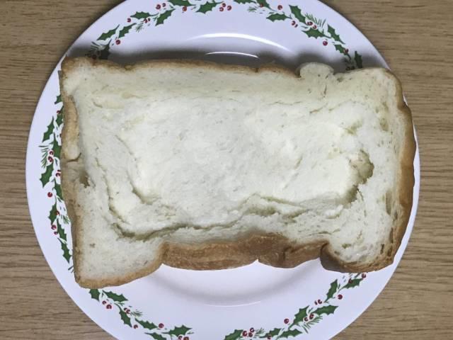 厚切り食パンの内側を少し凹ませる