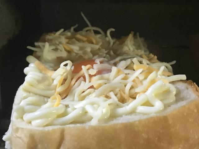 ピザ用ミックスチーズをまぶしてオーブントースターへ