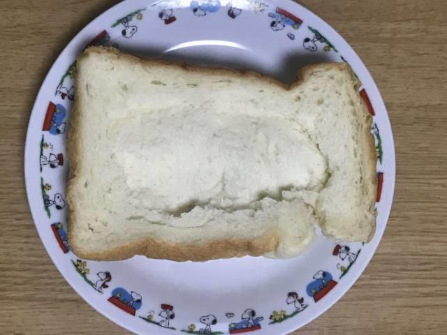 スプーンの背で厚切り食パンの内側を凹ませる