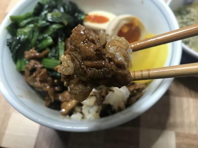 八角などの香辛料がかなり効いた魯肉飯
