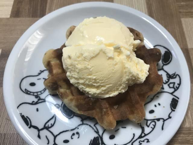 業務スーパーの「ベルギーワッフル」にアイスクリームをトッピング