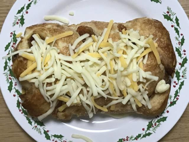 コストコの「アップルシュトルーデル」にピザ用チーズをトッピング