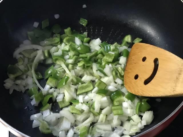 野菜をフライパンで炒める