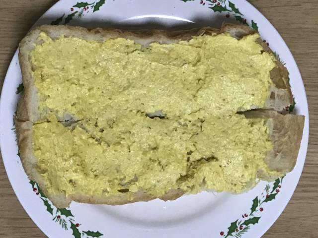 ソントン「ポテトースト カレー味」をたっぷり塗る