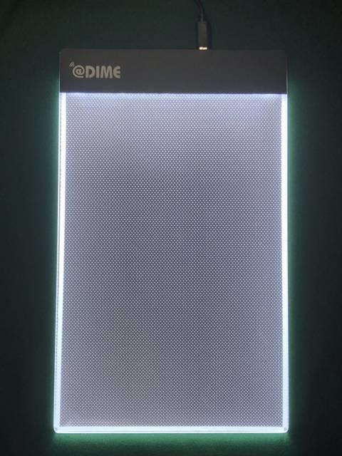 「LEDライティングボード」を発光させたところ