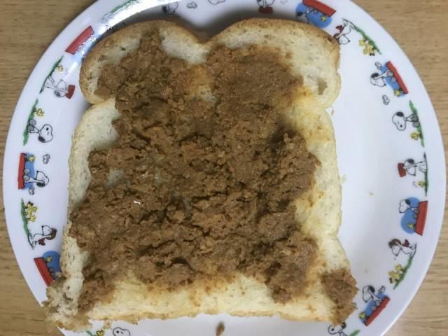 食パンにタコミートを乗せる