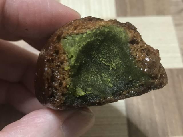 シャトレーゼの「かりんとう饅頭 宇治抹茶」の断面