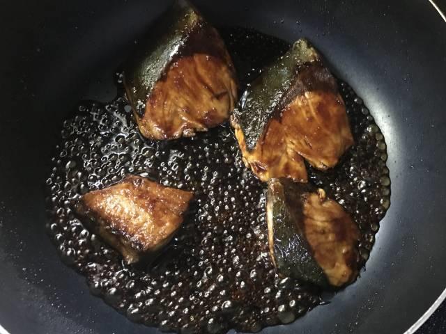 ヨシダソースにおろし生姜を加えてぶりの照り焼き
