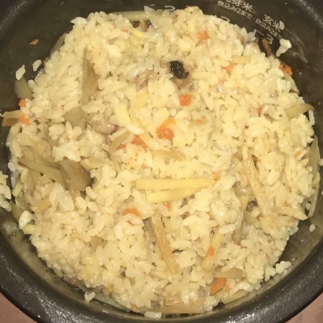 炊きあがった「たこ飯」を混ぜる