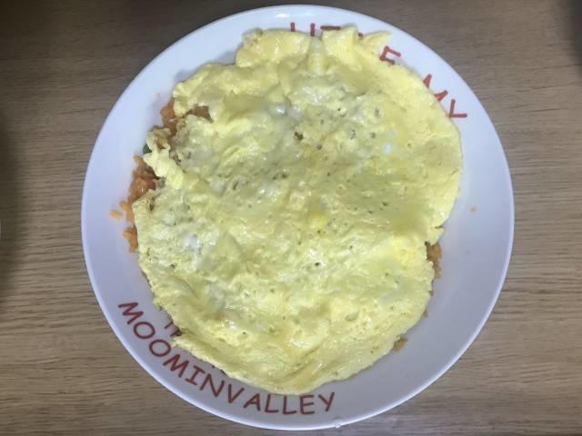 チキンライスの上にチーズ玉子焼きを乗せる