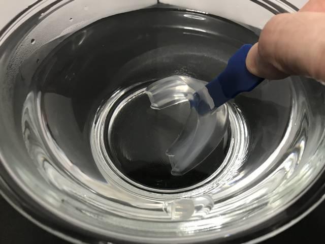 マウスガード全体をお湯に25~30秒ほど浸す