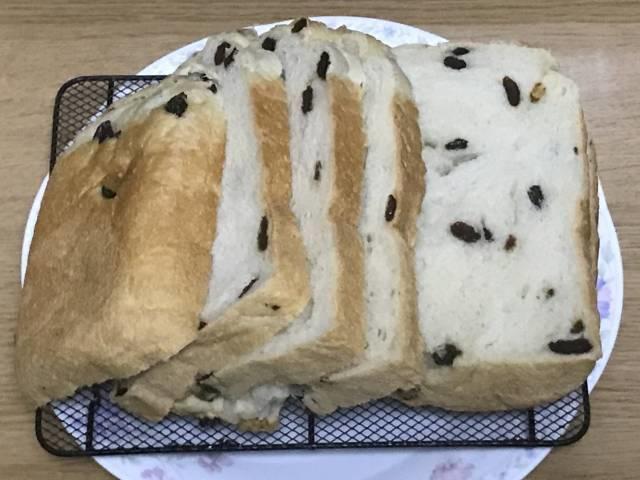 レーズン食パンをスライスしたところ