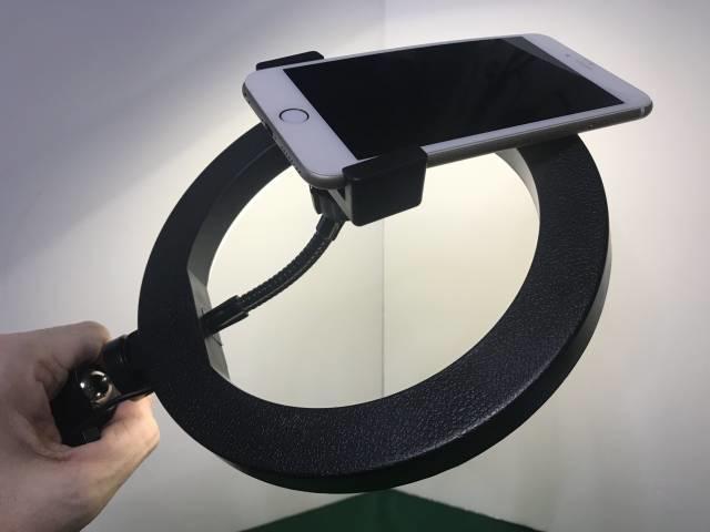 LEDリングライトの上側にカメラがくるようにセット