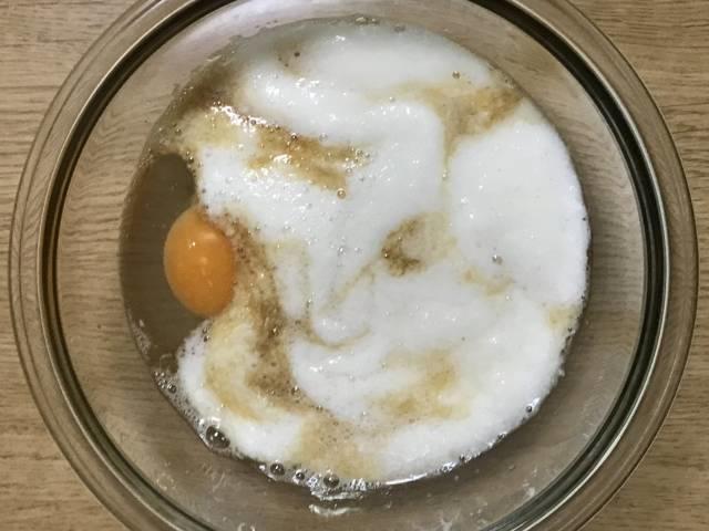 すりおろした長いもに卵とめんつゆを加える