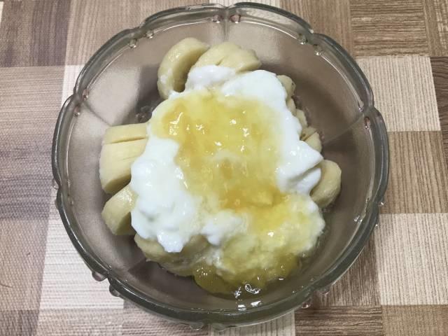 冷凍バナナヨーグルトの「パイナップルとはちみつ」掛け