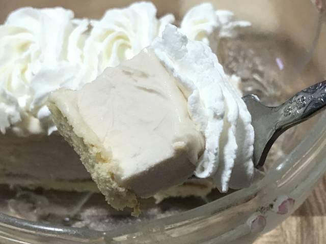 「ストロベリームースケーキ」とホイップクリームをひとくち