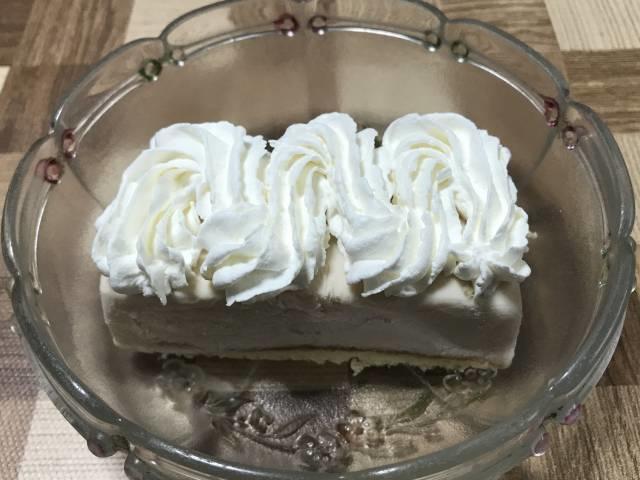 「ストロベリームースケーキ」ホイップクリーム乗せ