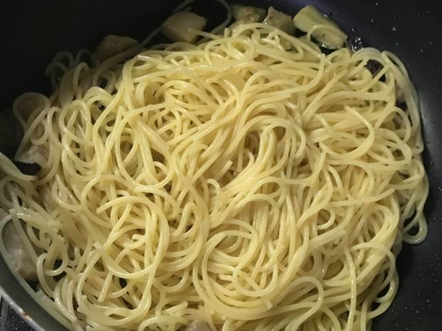茹でたスパゲティを投入