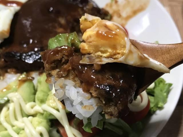 「大豆のお肉のバーガーパティ」と目玉焼き
