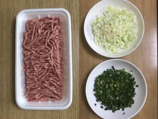 豚ひき肉、きざみキャベツ、ニラみじん切り