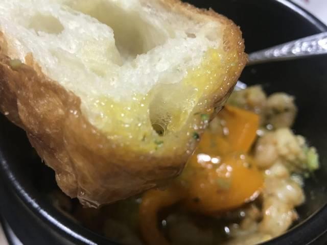 スープをパンに滲み込ませる