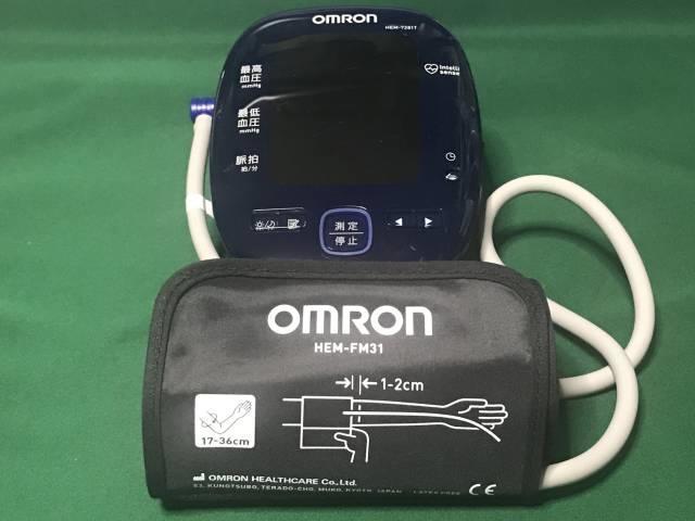 オムロン上腕式血圧計「HEM-7281T」の本体と専用カフ