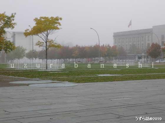 連邦首相府の前の泉なし噴水