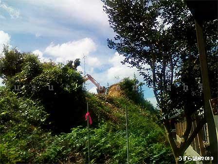 山を削るショベルカー