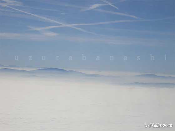 飛行機の窓から見る雲