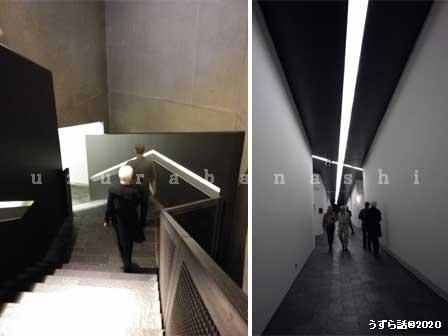 エントランスから地下への階段
