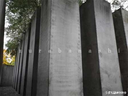 廊下のつきあたりの鉄の引き戸を開けると外に「亡命の庭」という石柱のオブジェが立ち並ぶ場所
