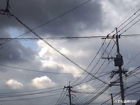 むら雲と電線