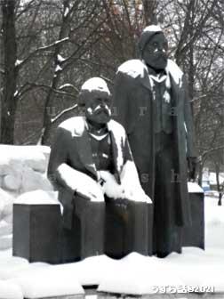 マルクスエンゲルス像
