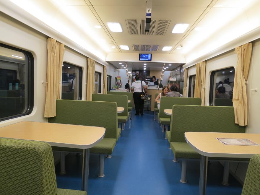 バンコク発ノンカイ行きの寝台列車の様子