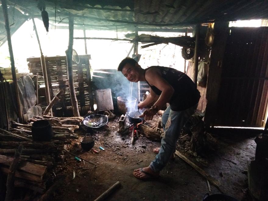 バンビエン 畜産農家による牛の解体